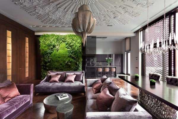 Art Deco,装饰艺术风格,发展到现在,是以简洁的表现形式来满足人们对空间环境那种感性的、本能的和理性的需求,这是当今国际社会留下的设计风格——简约主义。新装饰主义融合传统装饰主义的华丽感与简约主义的简洁明快,着重于实用、典雅与品位。中国出名的新装饰主义大师首当邱德光,其代表作品为《青岛小镇,邱德光之家》、《星河湾酒店》等。 本套案例,是Art Deco家居软装风格中比较经典的作品。大气奢华的吊顶、清新亮丽的绿植墙,古朴大气的吊灯~~白色的纯白中,紫色的神秘高贵、红棕色的古朴精