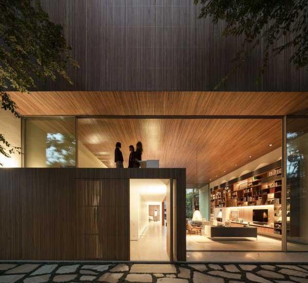 中国的别墅更多的是追求低密度:独栋别墅、双拼别墅、联排别墅等,相对较少的追求自然享受。当然,有一种别墅例外,就是木别墅。木别墅是指采用木制结构为主题的别墅,整体性能上相比传统别墅性能更环保、更安全、更自然。此外,木别墅本身就是一道靓丽的风景线。目前,中国大地上已经有了很多木别墅设计,这里,北京软装设计公司曼洛尼软装与您分享一款巴西圣保罗木质豪华别墅软装设计作品。