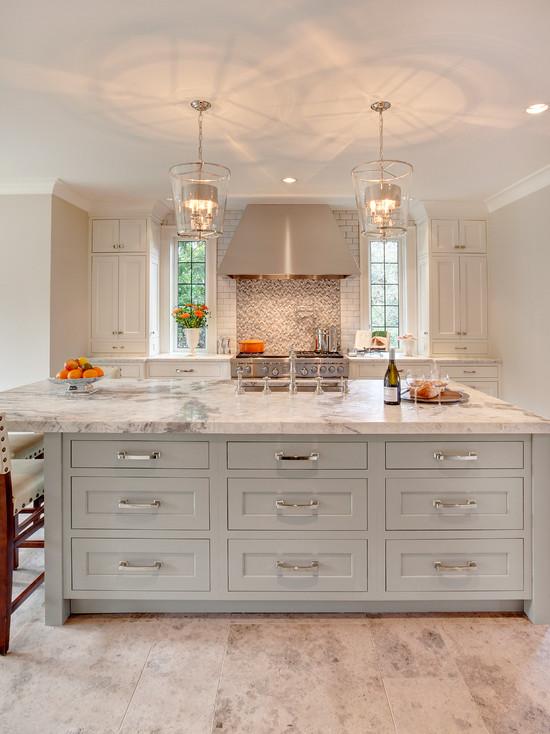 欧式风格的厨房空间充满了浪漫的气息,原木色的地板和餐桌