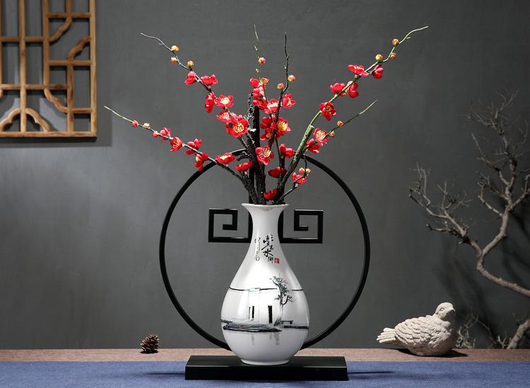 在軟裝設計中,飾品的選擇主要受到兩方面的影響。首先,作為四大文明古國之一的文化大國,百家爭鳴也注定了飾品裝飾的多樣性。比如人們所熟知的儒家、道家、佛家,信仰決定了飾品的選擇。第二,在地大物博的中國,飾品選擇有著不同地域的特性,這與當地的地理位置、氣候變化等有很大的關系。如,北方人喜歡選擇較為大氣的飾品。而南方人則會選擇較為小巧精致的飾品。而不論選擇怎樣的傳統裝飾元素對室內空間進行軟裝設計都是對我國傳統文化氣息的一種沉淀。