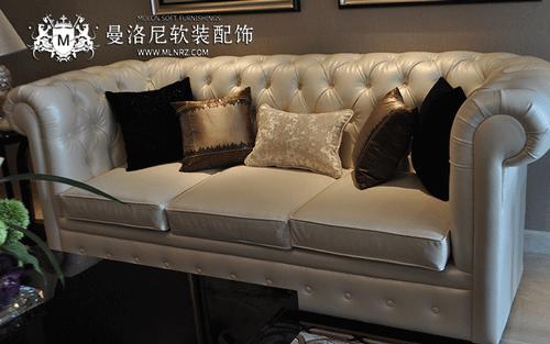 精致沙发上的现代简约抱枕
